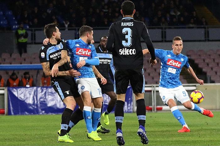 Arkadiusz Milik (derecha) marcó el gol que le dio el triunfo al Nápoles sobre la Lazio este domingo en la Serie A italiana. LA PRENSA/EFE/EPA/CESARE ABBATE