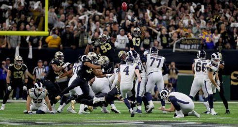 Greg Zuerlein (4) al momento de realizar la pateada que le dio la victoria a los Rams de Los Ángeles sobre los Saints de Nueva Orleáns, en la final de la Conferencia Nacional de la NFL este domingo. LA PRENSA/Sean Gardner/Getty Images/AFP