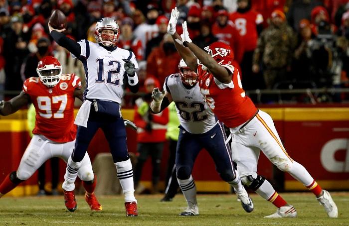 Tom Brady (12) lanzó para 348 yardas y un touchdown, en el triunfo de los Patriots sobre los Chiefs, en la final de la Conferencia Americana de la NFL este domingo. LA PRENSA/EFE/EPA/TYLER SMITH
