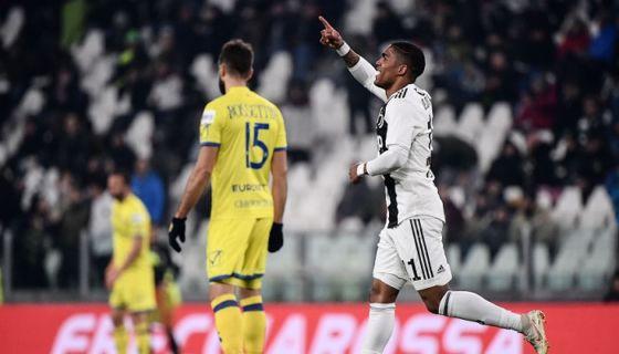 Douglas Costa marcó uno de los tres goles con los que la Juventus derrota al Chievo Verona este lunes en la Serie A italiana. LA PRENSA/AFP / Marco BERTORELLO