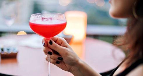 Varias mujeres compartieron sus historias de cómo fueron confundidas con prostitutas al estar sentadas solas en un bar o restaurante.Getty Images