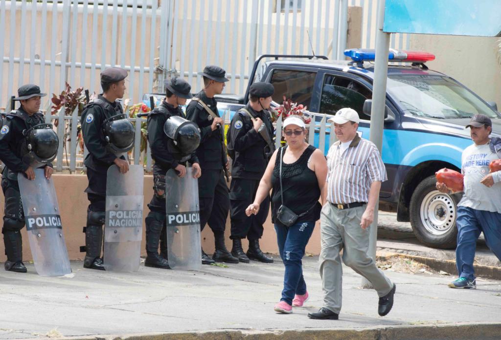 Mientras los iracundos orteguistas ofendían al equipo de LA PRENSA, apareció un propagandista del régimen para grabar la escena. LA PRENSA/ URIEL MOLINA