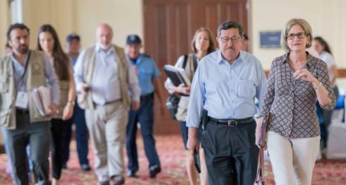 Kitty Monterrey y Mauricio Díaz de CxL reunidos con Wilfredo Penco, representante de OEA en elecciones municipales de Nicaragua en hotel Inter Metrocentro. LA PRENSA/ Uriel Molina/ Archivo