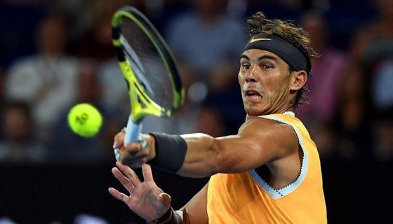 El tenista español Rafael Nadal en acción durante la semifinal masculina del Abierto de Australia que disputó este jueves contra el griego Stefanos Tsitsipas, en Melbourne, Australia. LA PRENSA/EFE/ Lukas Coch