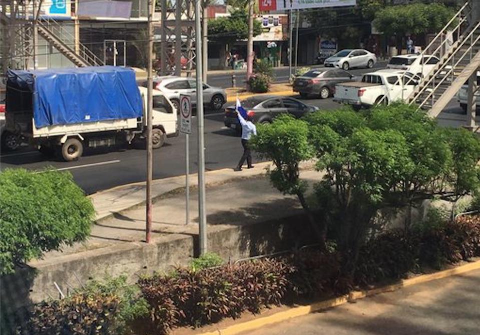 Avil Ramírez Mayorga, secuestrado por portar una bandera de Nicaragua. Esta foto fue tomada por un ciudadano cuando se encontraba en la carretera pacíficamente. LA PRENSA/ Tomada de Twitter
