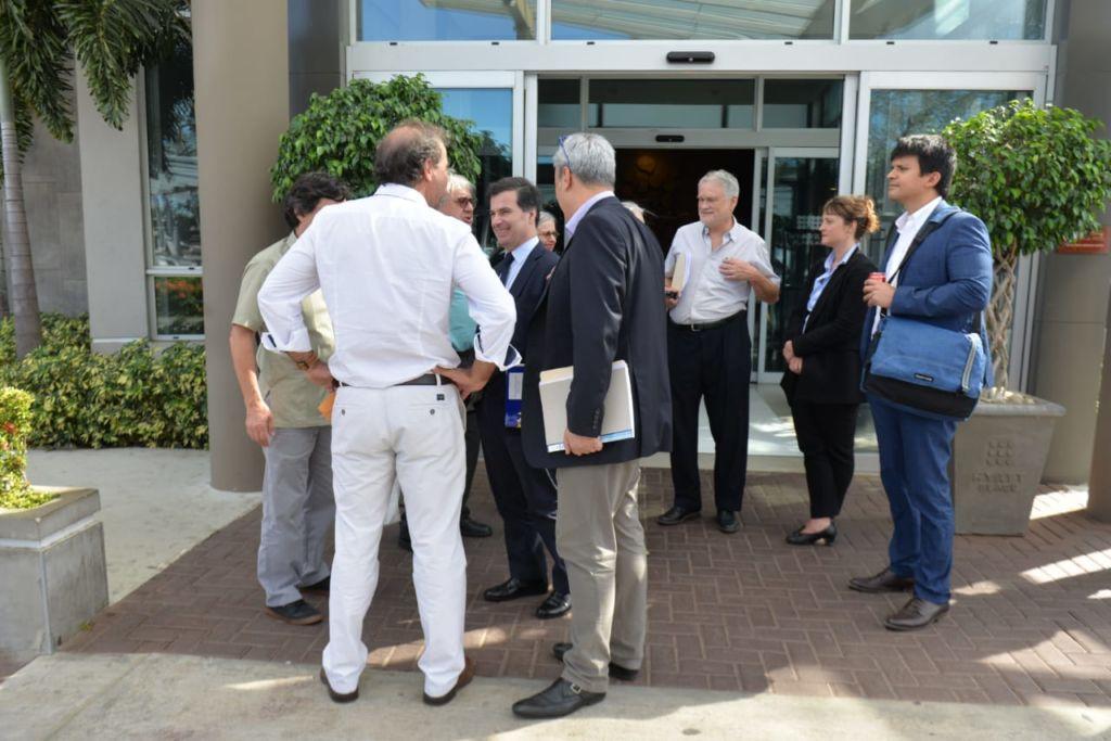 Parte de la delegación de eurodiputados saliendo de la reunión con la UNAB. LA PRENSA/Jader Flores