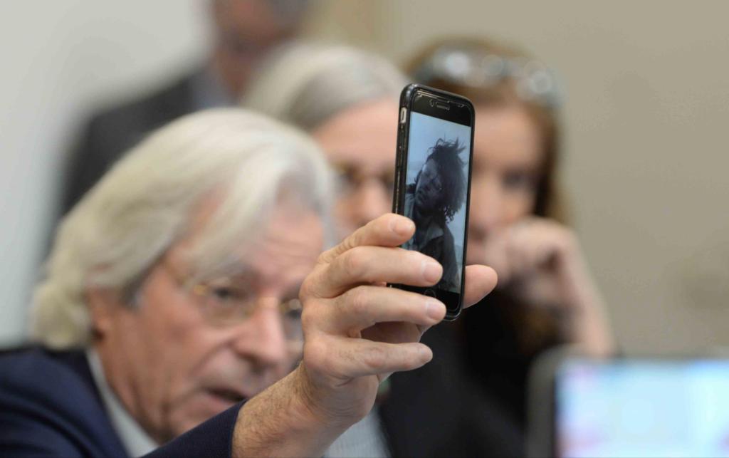 El diputado del Parlamento Europeo, Javier Nart, muestra una fotografía en su juventud cuando se unió a la lucha del FSLN en Nicaragua. Lamentó el rumbo que tomó el partido de gobierno. LA PRENSA/ ÓSCAR NAVARRETE