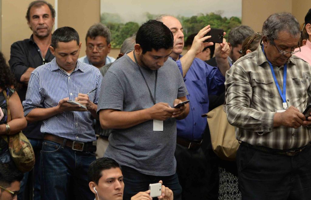El reportero del oficialista Canal 2 (al centro). LA PRENSA/ ÓSCAR NAVARRETE