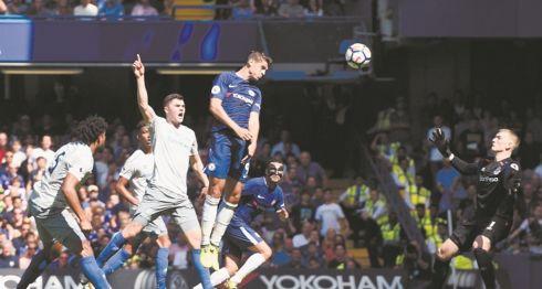 El delantero español Álvaro Morata (centro) jugará con el Atlético de Madrid cedido por el Chelsea inglés. LA PRENSA/EFE/EPA/WILL OLIVER/ARCHIVO