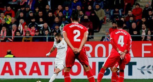 El francés Karim Benzemá consiguió un doblete, en el partido de vuelta de cuartos de final de la Copa Rey entre Real Madrid y Girona, este jueves. LA PRENSA/AFP/PAU BARRENA