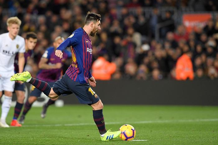Lionel Messi anotó desde el punto de penalti uno de sus dos goles este sábado, en el partido entre Barcelona y Valencia en La Liga española. LA PRENSA/AFP/LLUIS GENE