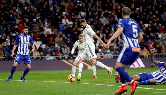 El centrocampista francés del Real Madrid, Karim Benzema (centro), anota el primer gol ante el Deportivo Alavés, durante el partido correspondiente a la jornada 22 de La Liga disputado este domingo en el estadio Santiago Bernabéu, en Madrid. LA PRENSA/EFE/Juanjo Martín