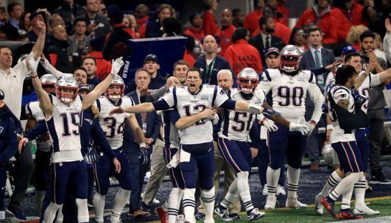 Tom Brady (12) y resto de jugadores de los Patriots de Nueva Inglaterra celebran el triunfo ante los Rams de Los Ángeles en el Super Bowl 53, este domingo en Atlanta. LA PRENSA/Mike Ehrmann/Getty Images/AFP
