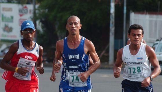 Cristian Villavicencio (centro) sigue cosechando victorias en los maratones, ahora en la categoría Máster A. LA PRENSA/ARCHIVO