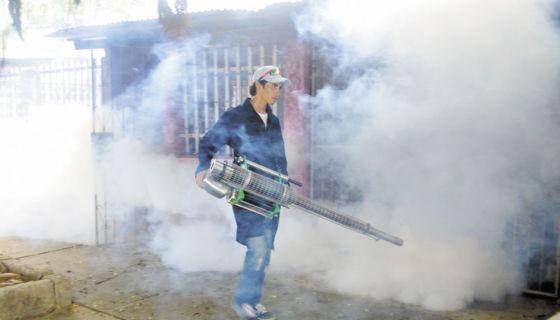 Las autoridades de salud recurren a la fumigación para erradicar los nidos de mosquitos. LA PRENSA/ ARCHIVO/ Maynor Valenzuela