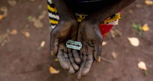 """Una mujer de Mombasa, Kenia, conocida como una """"mutiladora"""" , muestra la hojilla de afeitar que usa en los genitales de niñas.Getty Images"""