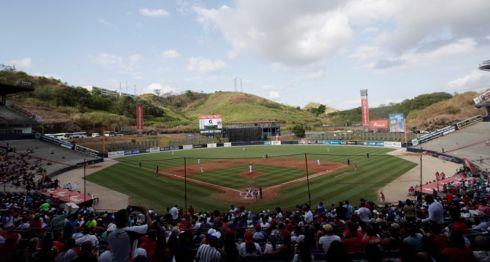 Aficionados asisten al partido entre los Toros de Herrera de Panamá y los Leñadores de las Tunas de Cuba durante la final de la Serie del Caribe disputada este domingo en el Estadio Nacional Rod Carew de Ciudad de Panamá (Panamá). LA PRENSA/EFE/Bienvenido Velasco