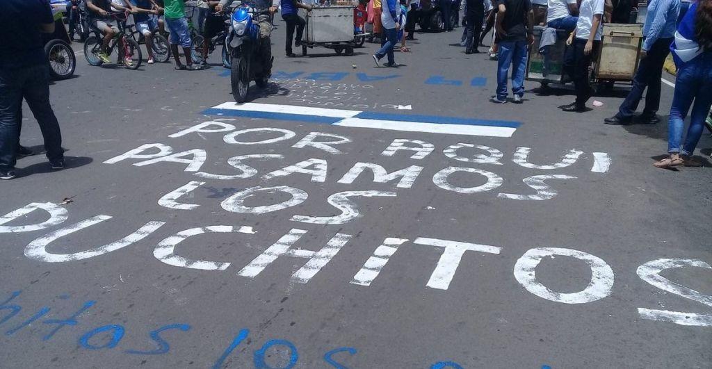 """En una de las protestas contra el régimen de Daniel Ortega, los manifestantes escribieron en el asfalto: """"por aquí pasaron los puchitos"""". LA PRENSA/ Cortesía"""