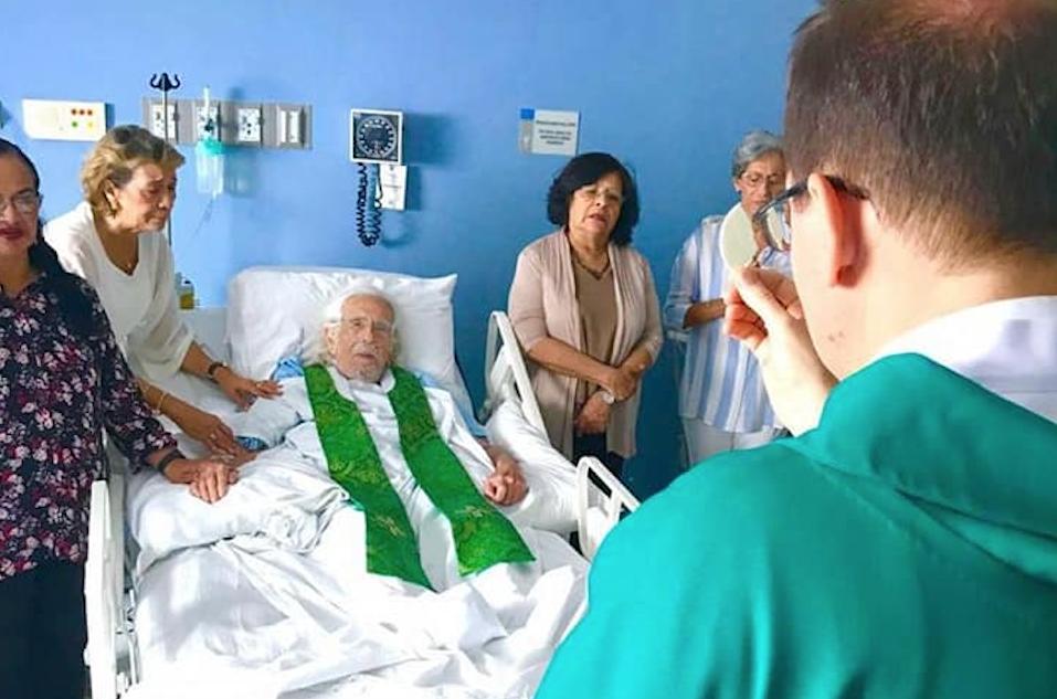 El Nuncio Apostólico realizó un servicio religioso al poeta Ernesto Cardenal, quien se encuentra hospitalizado en Managua. LA PRENSA/ Cortesía