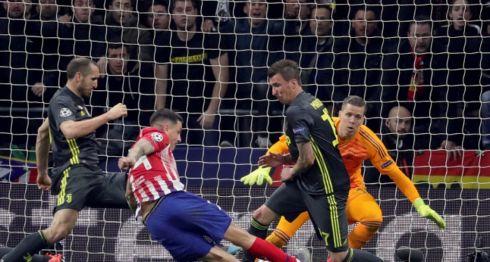 El defensa del Atlético de Madrid José Giménez dispara para marcar el primer gol ante la Juventus, durante el partido de ida de octavos de final de la Liga de Campeones que se disputa este miércoles en el estadio Wanda Metropolitano, en Madrid. EFE/JuanJo Martín