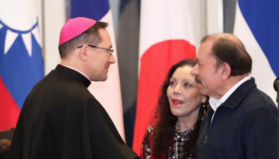 El Nuncio Apostólico en Nicaragua, Stanislaw Waldemar Sommertag, junto a los dictadores de Nicaragua: Daniel Ortega y Rosario Murillo. LA PRENSA/ Tomada de El 19