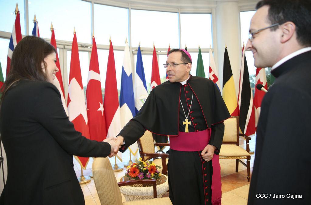 El Nuncio Apostólico en Nicaragua, Stanislaw Waldemar Sommertag, saluda a la hija del dictador Daniel Ortega, Camila Ortega. LA PRENSA/ Tomada de El 19