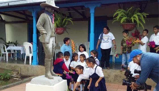 Estudiantes de Nicaragua rinden homenaje a Sandino en los colegios. El FSLN manipula la imagen del héroe nacional. LA PRENSA/ Tomada de Twitter