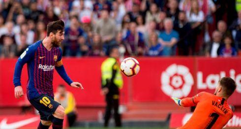 Lionel Messi vence al portero Tomas Vaclik para anotar uno de sus tres goles en el partido, ganado por el Barcelona frente al Sevilla, este sábado en La Liga española. LA PRENSA/AFP / JORGE GUERRERO