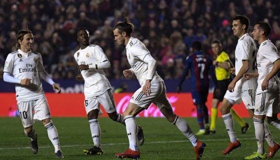 Gareth Bale anotó desde el punto de penalti el segundo del Real Madrid este domingo ante el Levante, en La Liga española. LA PRENSA/AFP/JOSE JORDAN