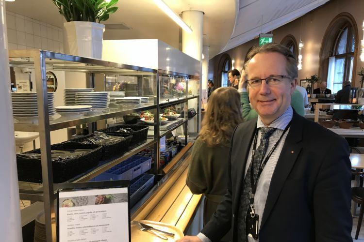 En el país escandinavo, diputados como Per-Arne Håkansson hacen cola para almorzar en la cantina. Jonas Esbjörnsson