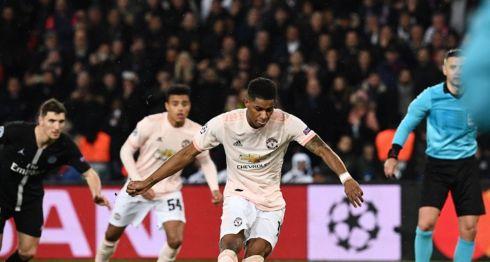 Marcus Rashford anotó desde el punto de penalti el gol que le dio la clasificación al Manchester United sobre el París Saint-Germain, este miércoles en París. LA PRENSA/AFP / Anne-Christine POUJOULAT