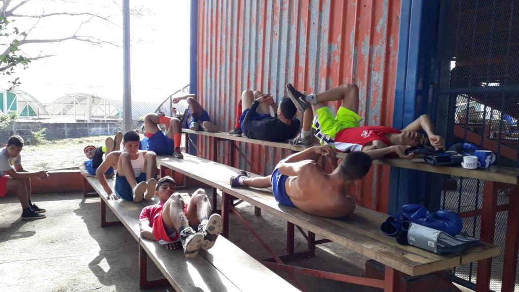 Los ejercicios abdominales deben realizarlos en tablas. Foto Rosa Membreño.