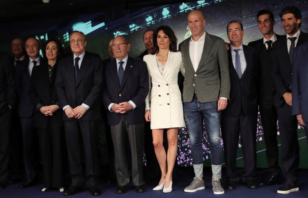 Zinedine Zidane junto a la directiva del Real Madrid. LA PRENSA/ EFE