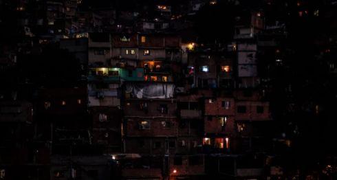 El servicio de energía eléctrica regresó a algunas zonas de Venezuela. AFP