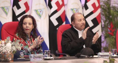 Rosario Murillo y Daniel Ortega, los dictadores de Nicaragua que se aferran al poder. LA PRENSA/ Tomada de El 19
