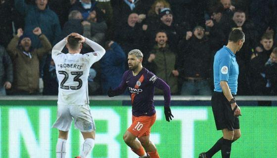 Sergio Agüero anotó en la remontada del Manchester City ante el Swansea en la Copa de Inglaterra. LA PRENSA/AFP/Oli SCARFF