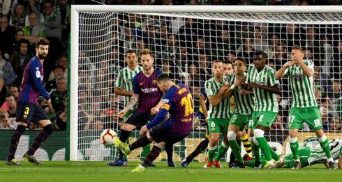 Lionel Messi marcó de tiro libre el primero de sus tres goles de este domingo, en el triunfo del Barcelona sobre el Betis en La Liga española. LA PRENSA/EFE/Raúl Caro