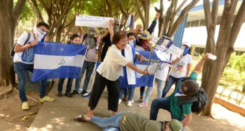 Doña Flor Ramírez, conocida por usar un huipil azul y blanco en las marchas, participó en la protesta dentro de la Universidad Centroamericana. LA PRENSA/URIEL MOLINA