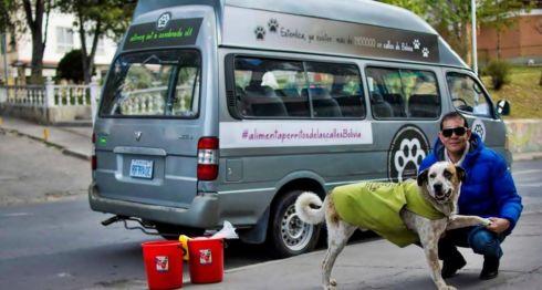 Fernando Kushner dedica varias horas al día a alimentar perros callejeros en La Paz.BBC