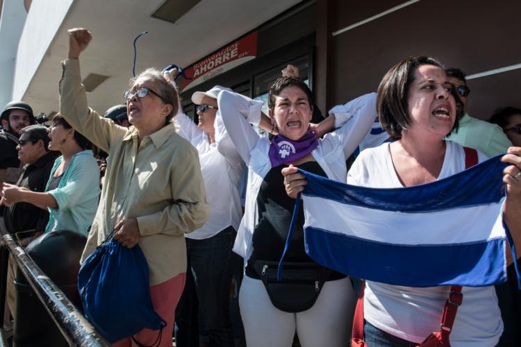 En la foto, Marlen Chow es la mujer con camisa color caqui, lentes y puño en alto. La imagen fue capturada previa a su detención el pasado 14 de octubre. LA PRENSA/ ARCHIVO/ ÓSCAR NAVARRETE