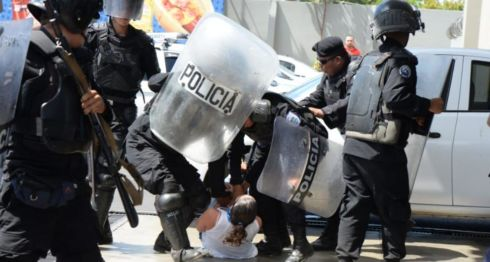 Los agentes antimotines de la policía orteguista agredieron a manifestantes que pretendían participar en la marcha convocada por la Unidad Nacional Azul y Blanco (UNAB) en Managua. LA PRENSA/ URIEL MOLINA