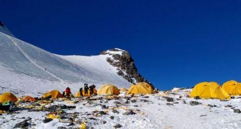 Varios restos fueron avistados en el Campamento 4 debido al terreno plano.Doma Sherpa
