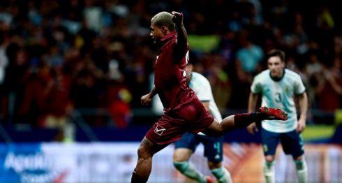 Josef Martínez anotó de penalti el tercer gol de Venezuela frente a Argentina, este viernes en un amistoso realizado en Madrid, España. LA PRENSA/AFP/BENJAMIN CREMEL