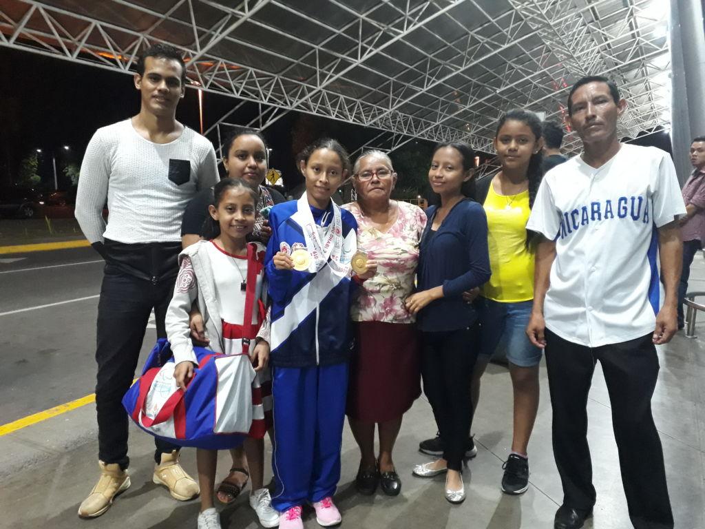 Sugeyling Pérez luce orgullosa sus dos medallas de oro junto a sus familiares. Foto Rosa Membreño.