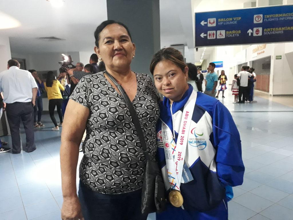 Marjourie Solano junto a su orgullosa mamá la noche del viernes en el Aeropuerto Augusto C. Sandino. Foto Rosa Membreño.