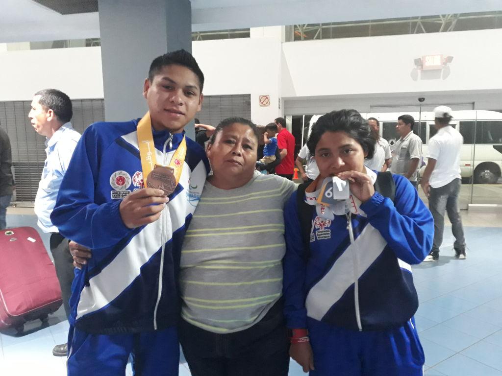 El llanto fue inevitable cuando nuevamente padres e hijos se reencon traron el viernes en el Aeropuerto Agusto C. Sandino. Foto Rosa Membreño.