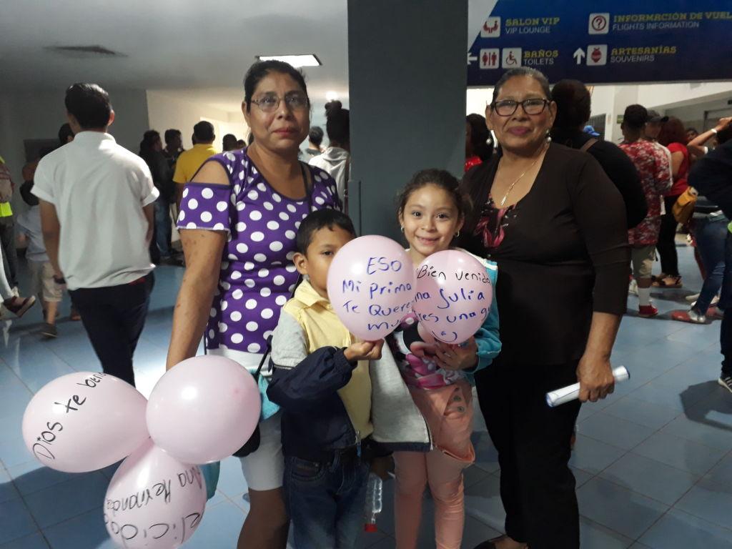 Los familiares recibieron a los atletas con gran algarabía la noche del viernes en el Aeropuerto Agusto C. Sandino. Foto Rosa Membreño.