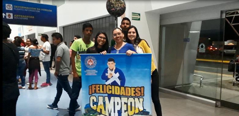 Desde muy temprano los familiares de los atletas llegaron al Aeropouerto Augusto C. Sandino con pancartas, globos de colores, entre otros. Foto Rosa Membreño.