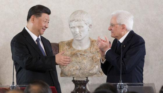 El presidente de China, Xi Jinping, y el presidente de Italia, Sergio Mattarella, asistieron a un foro de negocios con empresarios italianos y chinos en el Palacio del Quirinal, en Roma, el viernes 22 de marzo.Getty Images