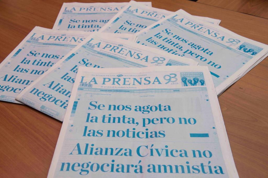 La portada del diario LA PRENSA de Nicaragua en color azul, ante la escasez de tinta provocada por el bloqueo de la dictadura de Daniel Ortega. LA PRENSA/ ÓSCAR NAVARRETE